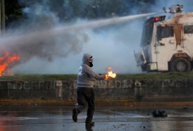 Venezuela-as-anti-Maduro-protesters-threaten-airbase-m_1498296538.jpg