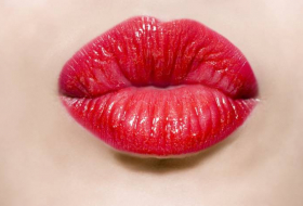 Here's how many bacteria spread through one kiss