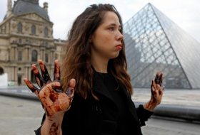 Protesters cover Louvre's Pyramid in black treacle-  NO COMMENT
