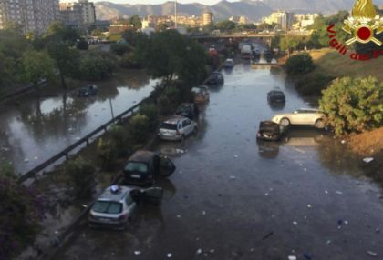 Dozens swim to safety after floods trap cars in Palermo underpass -   NO COMMENT