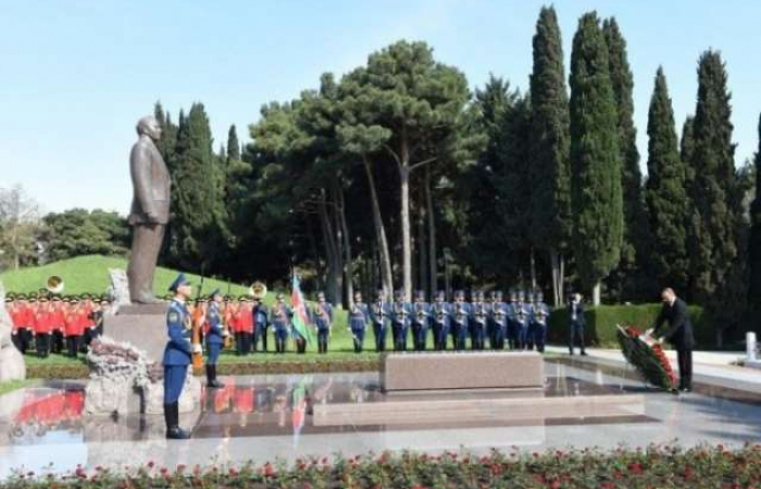President Aliyev visits grave of national leader Heydar Aliyev
