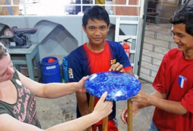 Indonesian street boys turn garbage into art - V?DEO